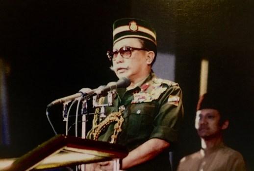 "Al-Marhum Sultan Haji Omar Ali Saifuddien Sa'adul Khairi Waddien leads the calls of ""Allahu Akbar"" through the crowd. Photo via Brunei History Centre/Infofoto"