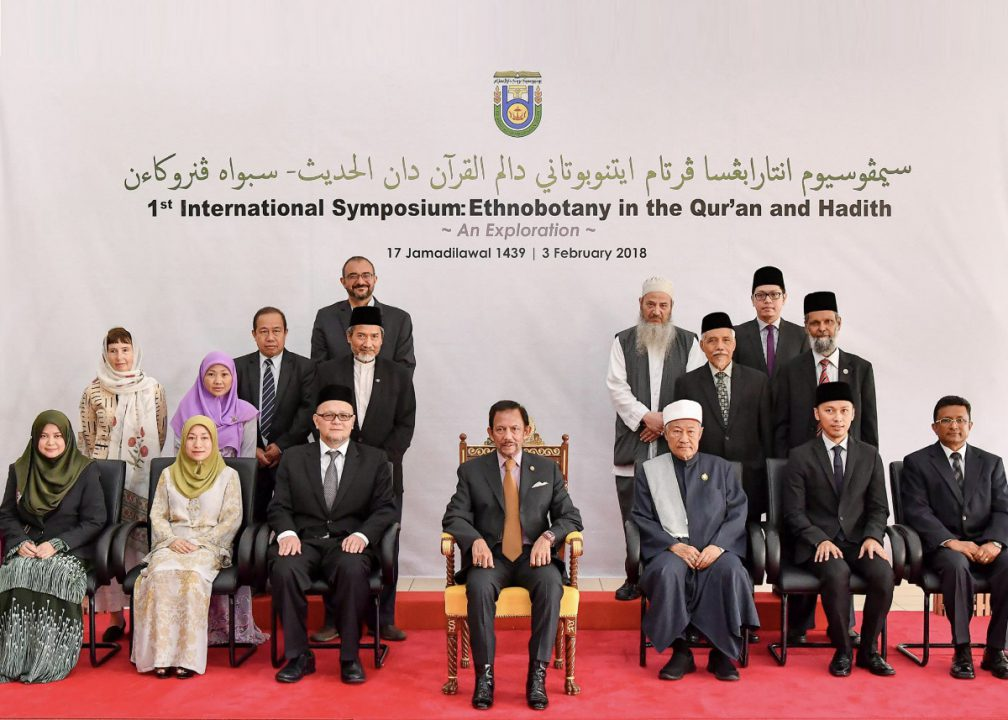HM the Sultan in a group photo with the committee for UBD's ethnobotany symposium. Photo: Infofoto