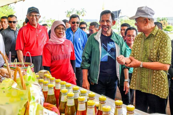 HM the Sultan and Singapore President Halimah Yacob take a morning walk at Taman Mahkota Jubli Emas on May 13, 2018. Photo: Infofoto
