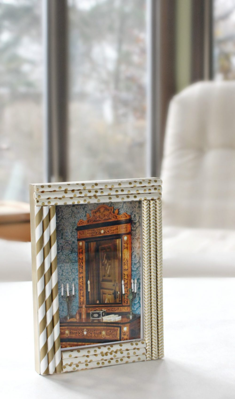 Learn how to decorate and personalize your own photo frame with this super easy straw frame craft!