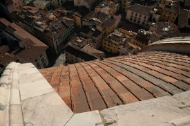 A vertigo-inducing look along the curve of the dome to the street.