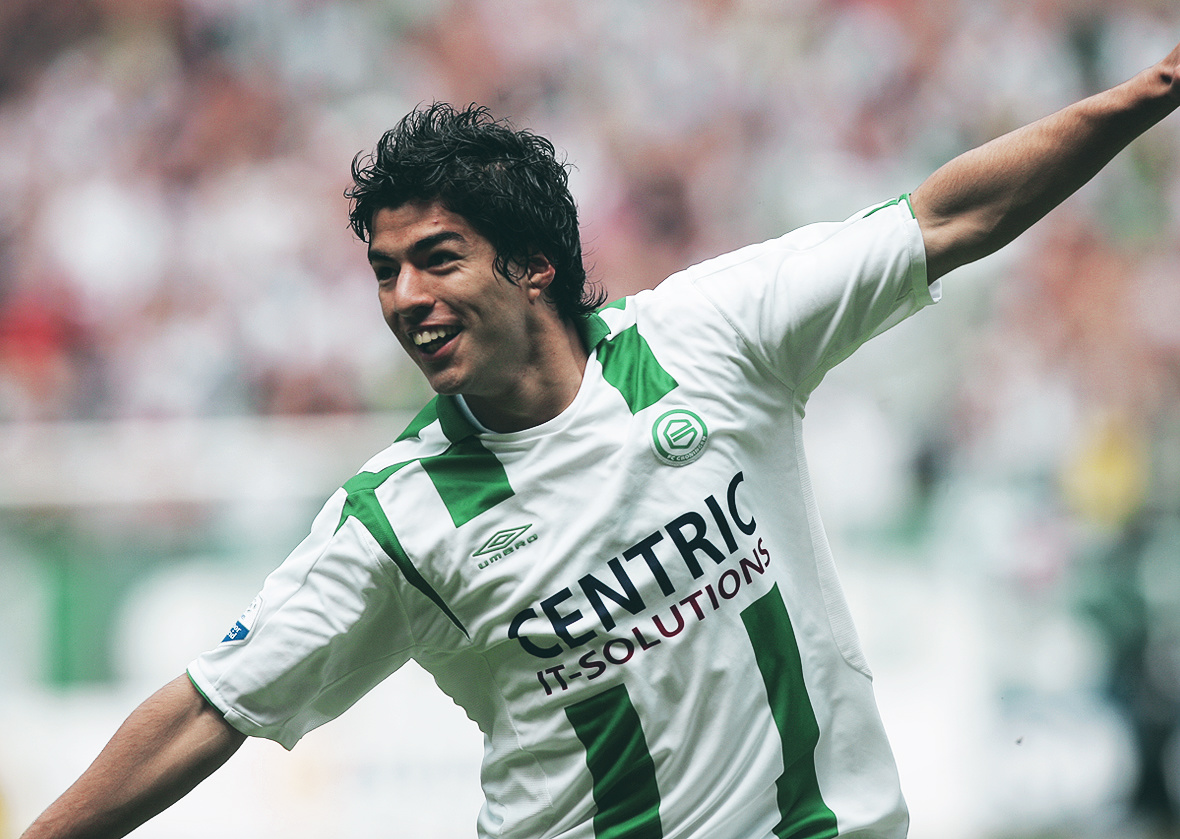 Where does Edinson Cavani rank amongst his generation's best strikers?