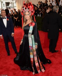 Sarah Jessica Parker wears an H&M dress, Cindy Chao jewellery and Jennifer Fisher jewellery