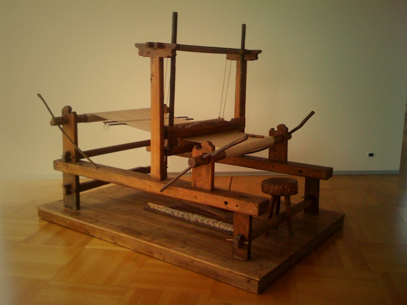 Another vintage weaving loom from Monti, all wood and even older than the previous pic.