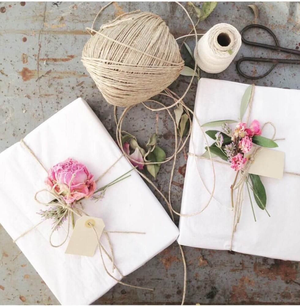 diy gift wrap with flowers