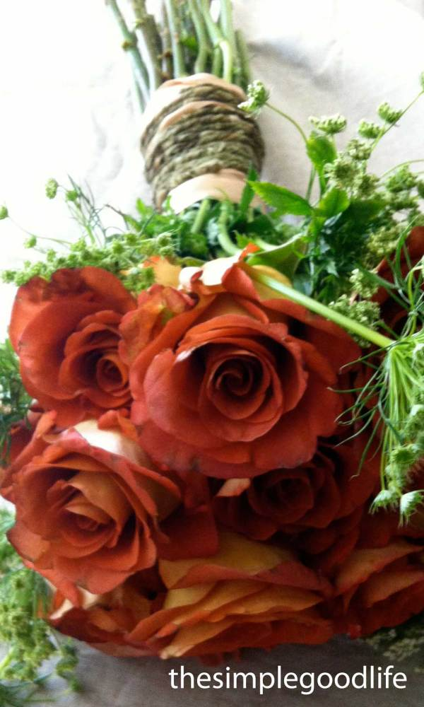 Rose And Rope Wedding Bouquet Table Arrangement Idea
