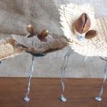 Esculturas de mesa con flores de tela y material reciclado