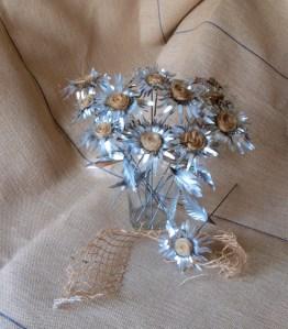 Flores de hojalata Primula Kardinsky realizadas con radios de bicicleta