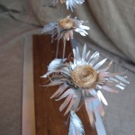 Escultura Flores de hojalata Primula Kardinsky realizada en materiales reciclados