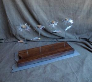 Flores de hojalata Escultura de materiales reciclados