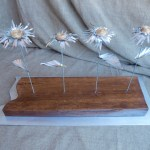 Escultura Flores de hojalata Primula Kardinsky de materiales reciclados