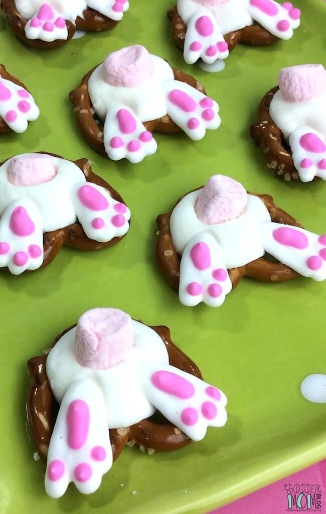 An easy Easter recipe that kids of all ages can help make - Bunny Butt Pretzels are adorable and delicious! Perfect for holiday parties or dessert gifts.