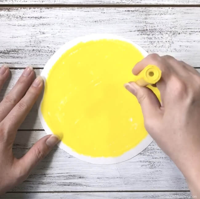 Drawing a yellow circle with paint markers