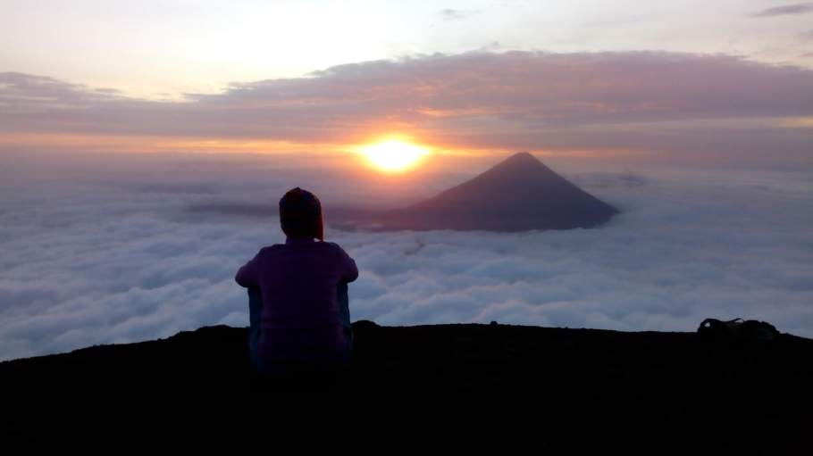 giel watching sunrise from a hill top