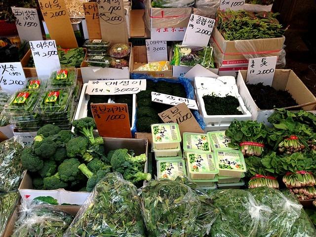 Seoul, Korea: Mapo-gu Mangwon Traditional Market, fruit and veggies