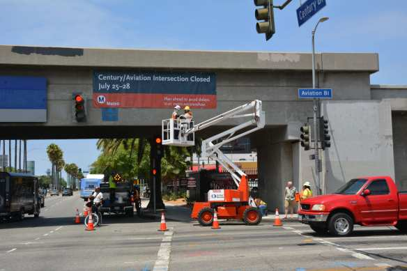 Work crews hanging new banner on Century Boulevard Bridge informing those in the area of the upcoming Century Crunch closure. Photo: Jose Ubaldo/Metro
