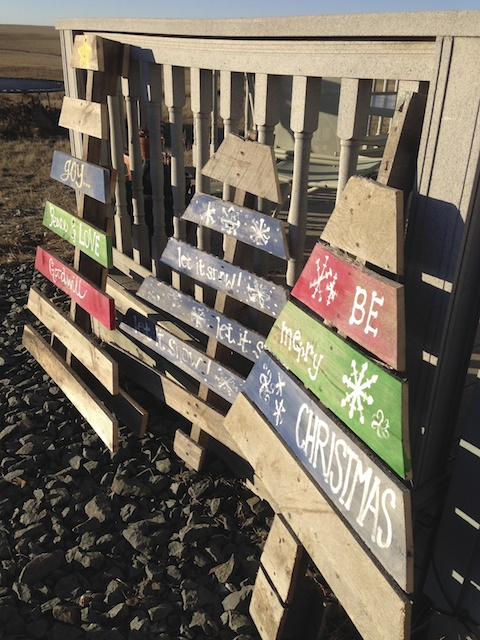 christmas pallets, south dakota cowgirl diy, diy project
