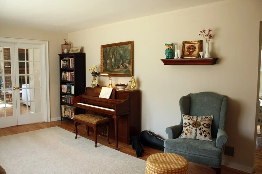 HOME TOUR: vintage living room and items from auctions and thrift stores. What does your entry room look like? | via The Spirited Violet
