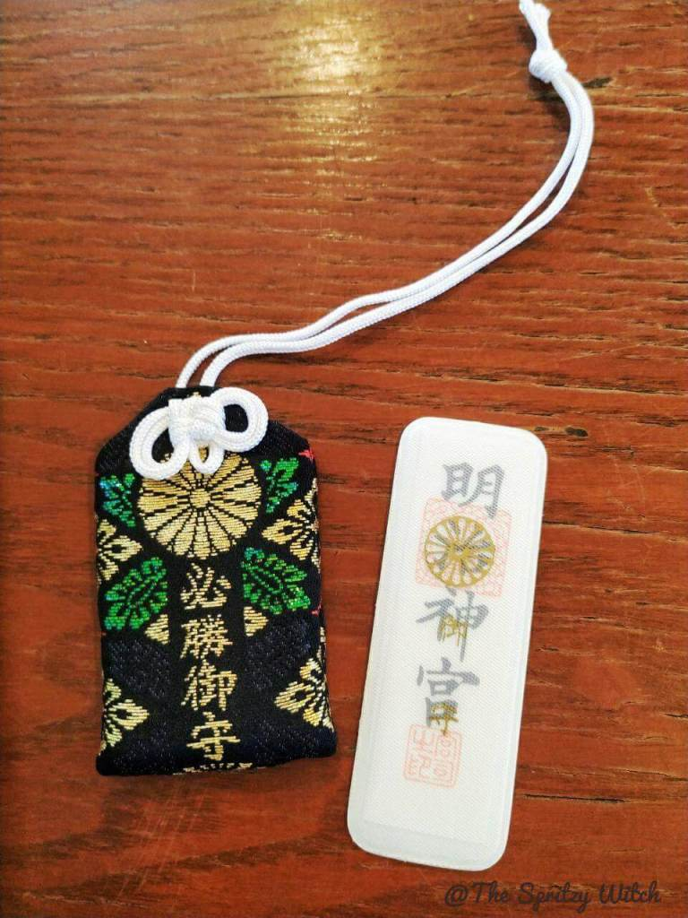 Cosa comprare in Giappone omamori nero per la vittoria e bianco contro gli spiriti maligni