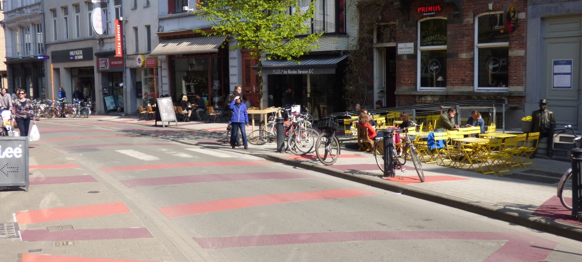Red and purple lines have appeared on the roads in Ghent to indicate a new zone