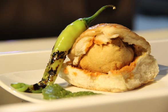 1024px-Vada_Pav-Indian_street_food