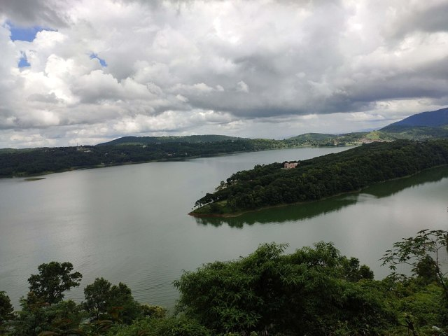 1024px-Beautiful_Umiam_Lake_._Shillong