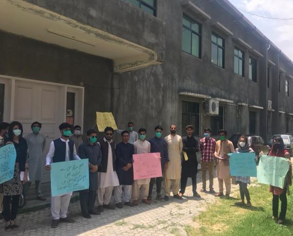 آزاد جموں و کشمیر: انٹر نیٹ مسائل حل کئے بغیر آن لائن کلاسوں کے اجراء کے خلاف جامعہ کوٹلی کے طلباء کا احتجاج
