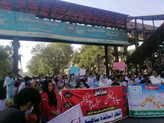 سروس اور پے پروٹیکشن نہ دینے پر اساتذہ کا احتجاج