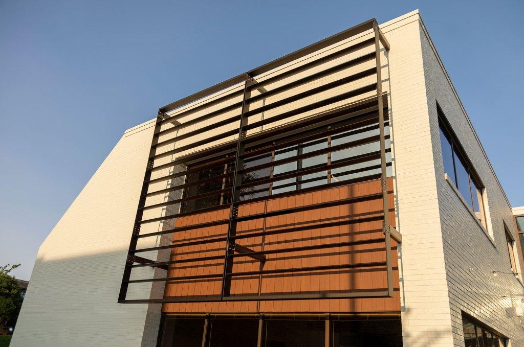 STUDIO-Architecture-Center-Green-Court-Sunscreen