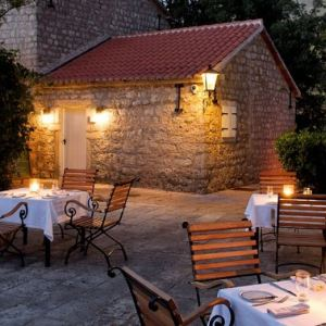 Montenegro Aman Sveti Stefan piazza - The Style Lovers