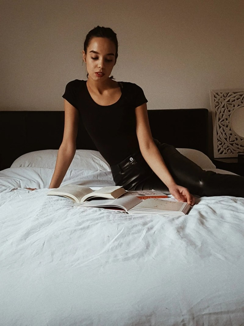 Women reading books - Content worth reading - The Style of Laura Jane