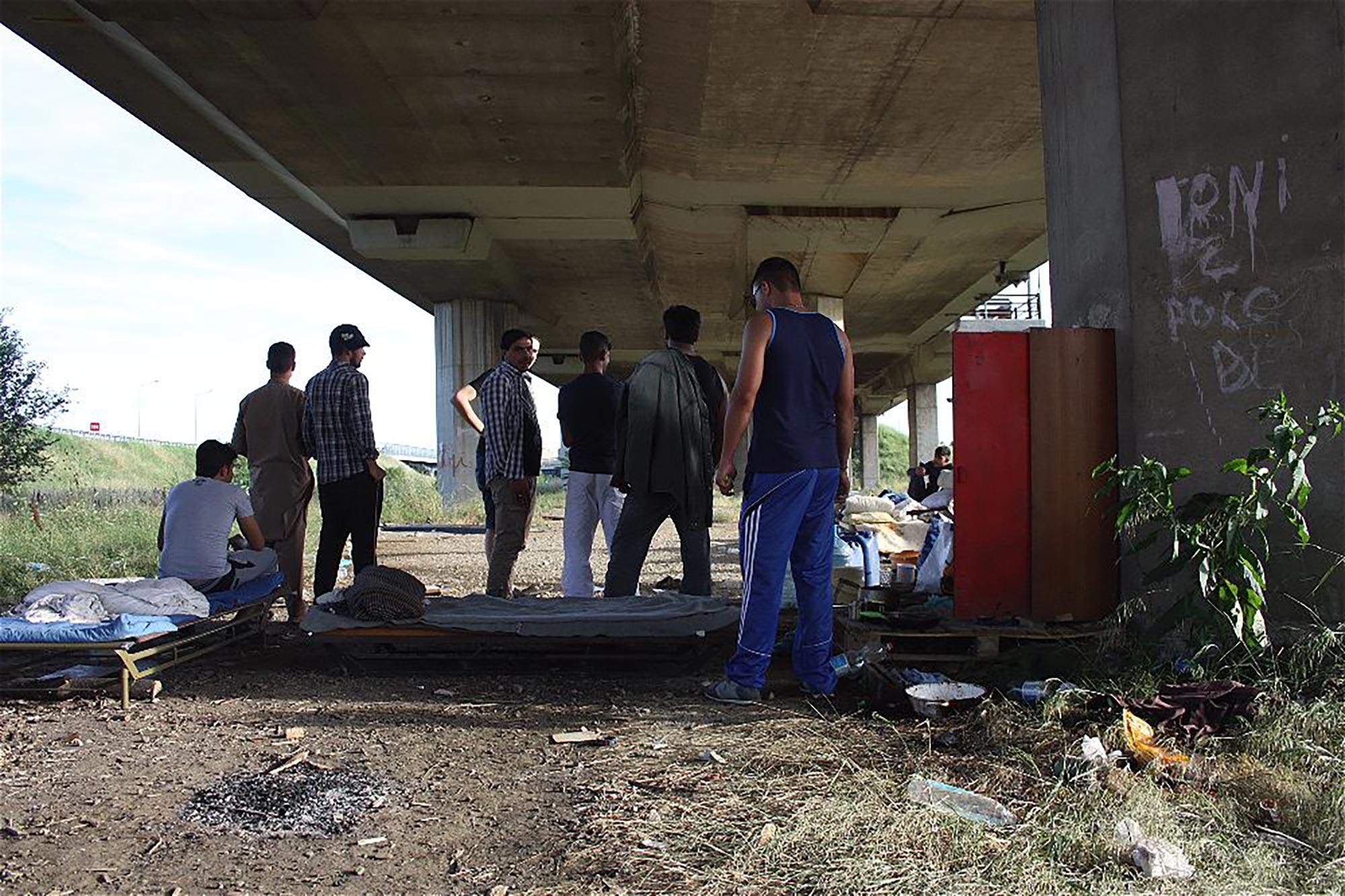 I profughi afghani costretti sotto un ponte della tangenziale Est