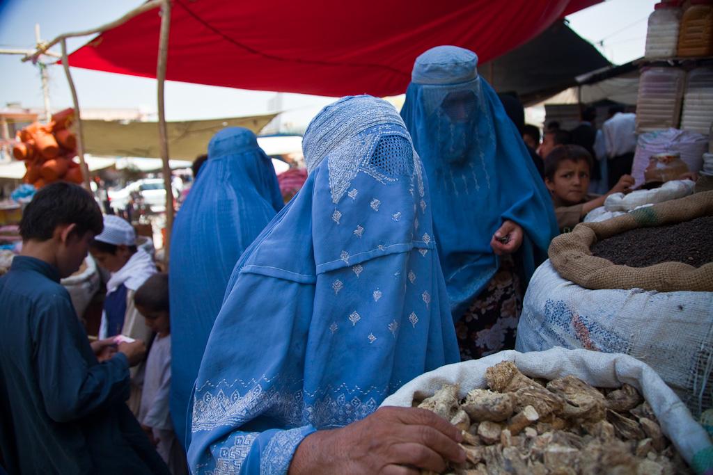 https://i0.wp.com/thesubmarine.it/wp-content/uploads/2016/07/Burqa_clad_women_bying_at_a_market-1.jpg?fit=1024%2C683&ssl=1