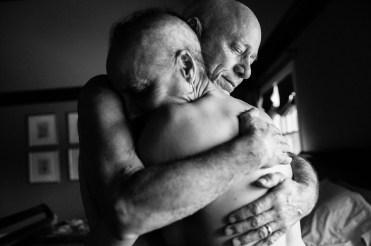 Chappaqua, New York. Marzo 2013. Howie e Laurel Borowick si abbracciano nella loro camera da letto. Nel loro 34° anno di matrimonio non avvrebbero mai potuto immaginare di essere contemporaneamente affetti da tumore allo stadio IV. © Nancy Borowick