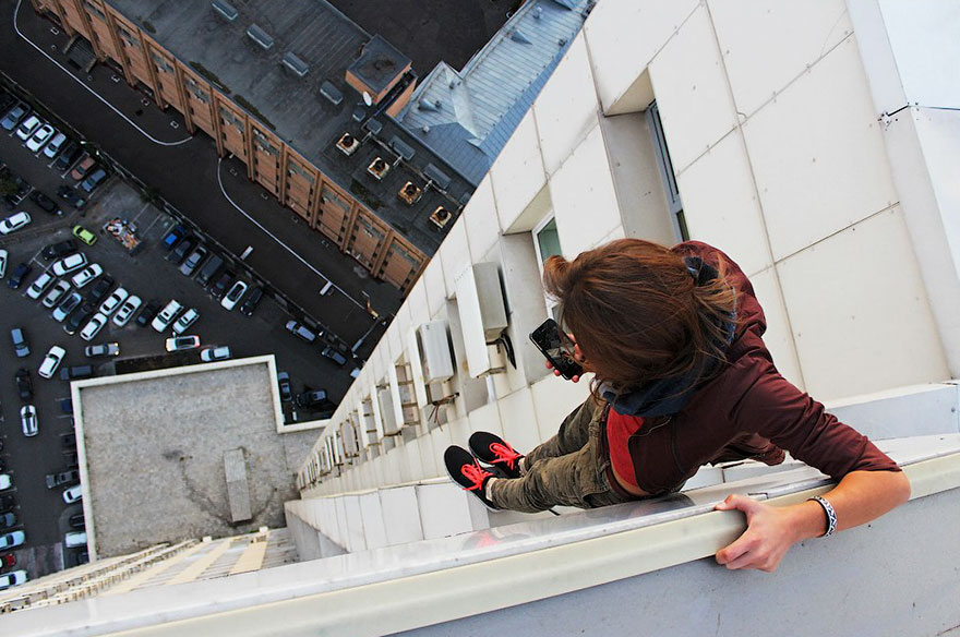 https://i0.wp.com/thesubmarine.it/wp-content/uploads/2017/03/roof-climbing-girl-dangerous-selfies-angela-nikolau-russia-10.jpg?fit=880%2C584&ssl=1