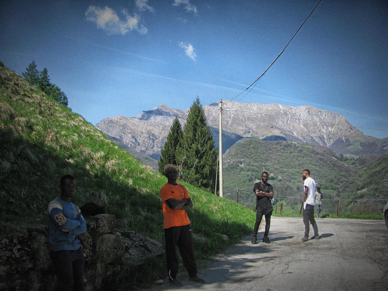 L'esilio di 104 richiedenti asilo nelle montagne del lecchese