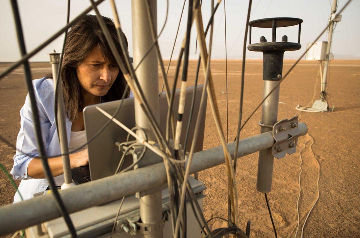 La scienziata Francesca Esposito raccoglie i dati dalla stazione metereologica il giorno dopo una tempesta di sabbia. La strumentazione del programma ExoMars è stata posizionata nella regione desertica del Merzuga in Marocco per studiare alcuni parametri comuni alla superficie marziana.