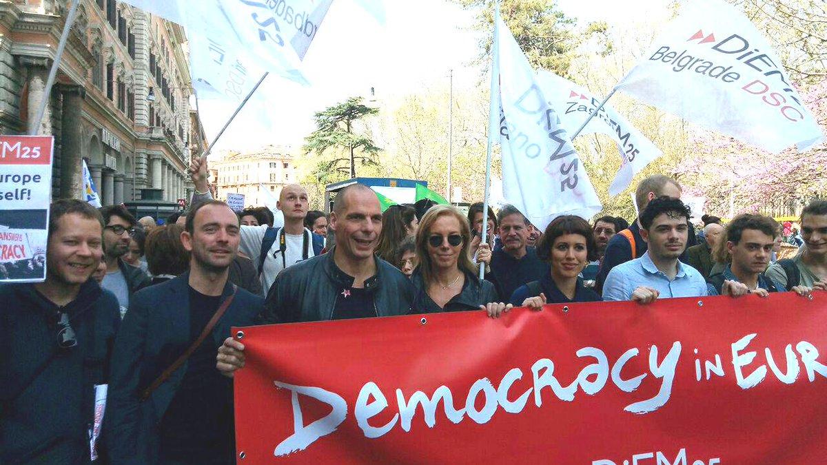 Marsili e Varoufakis durante la marcia di DiEM25 per i 60 anni dell'Ue a Roma.