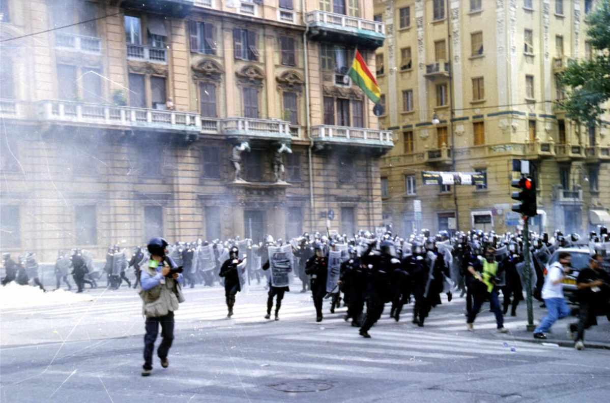 https://i0.wp.com/thesubmarine.it/wp-content/uploads/2017/07/Genova-G8_2001-Carica_della_polizia-.jpg?fit=1200%2C793&ssl=1