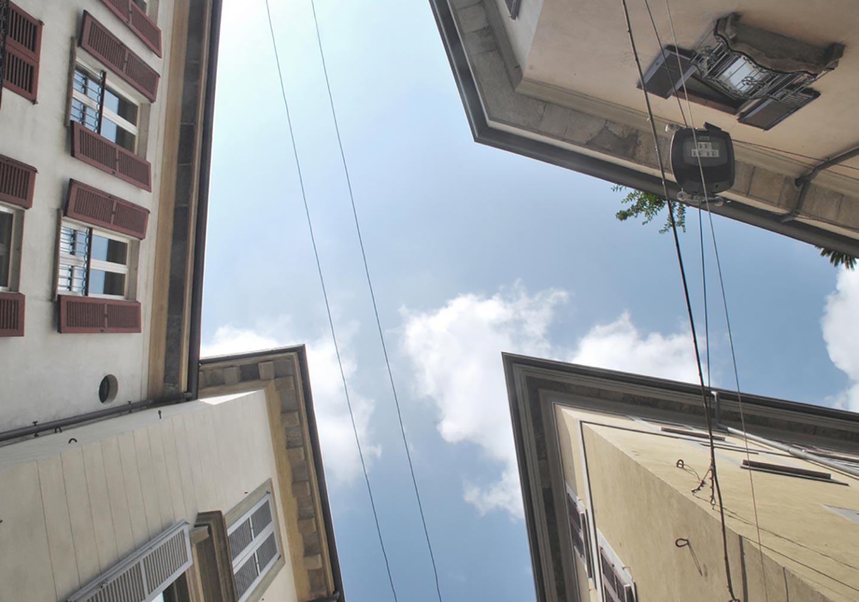 I tetti che incorniciano il cielo sbiadito di Milano