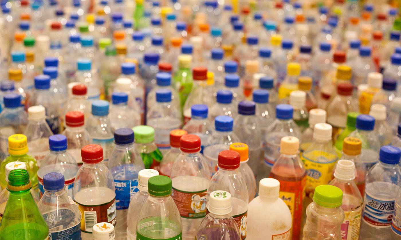 L'insostenibilità delle bottigliette di plastica