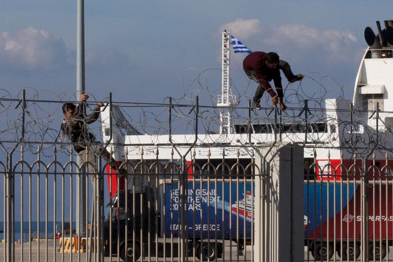 La caccia all'uomo tra migranti e polizia nel porto di Patrasso