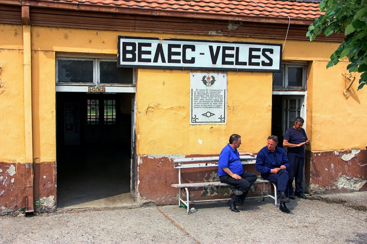 Un momento di pausa tra un treno e l'altro per i ferrovieri di Veles, città della Macedonia centrale.
