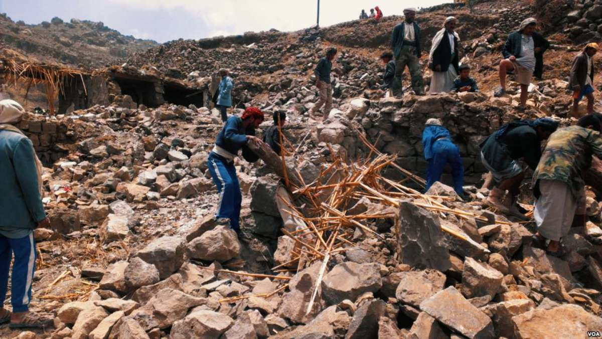 https://i0.wp.com/thesubmarine.it/wp-content/uploads/2017/12/Villagers_scour_rubble_for_belongings_scattered_during_the_bombing_of_Hajar_Aukaish_-_Yemen_-_in_April_2015.jpg?fit=1200%2C676&ssl=1