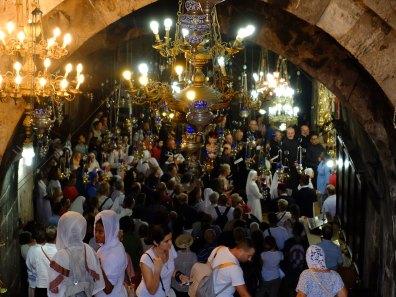Pellegrini e frati all'interno della chiesa dell'Assunzione di Maria in occasione della festa dell'Assunzione