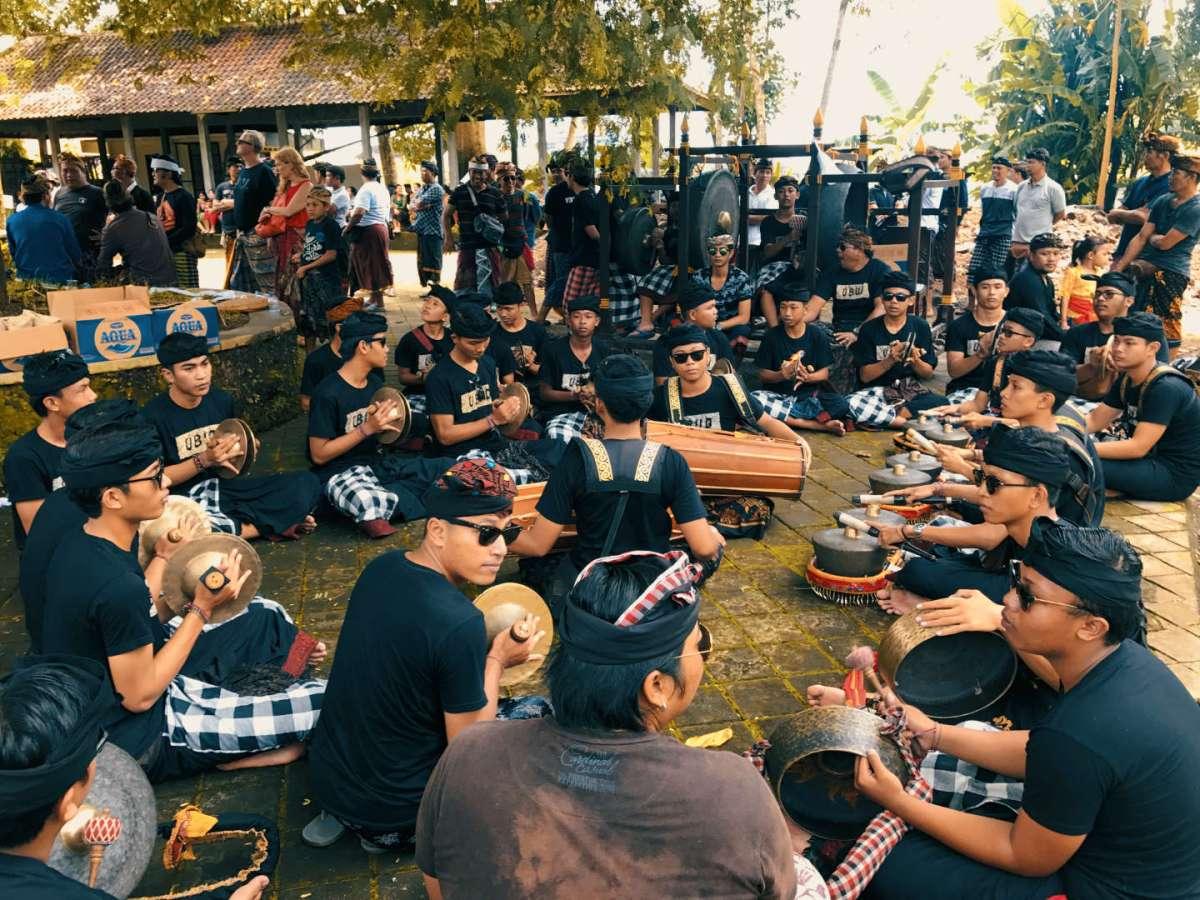 Orchestra di gamelan durante la cerimonia di cremazione a Ubud