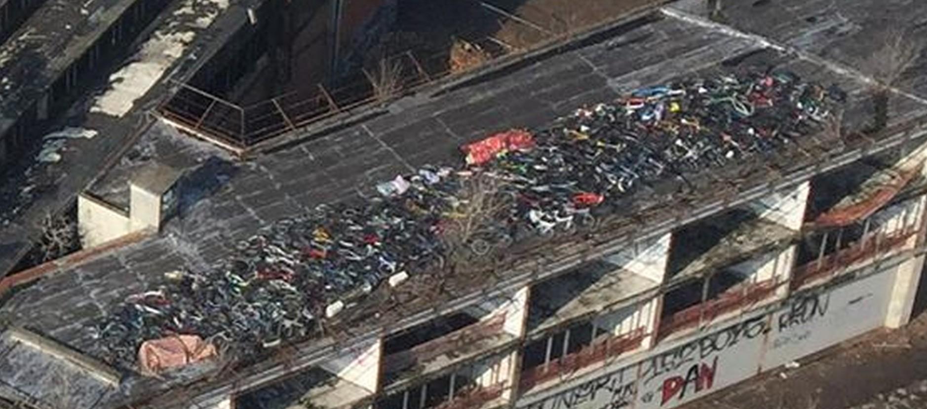 Centinaia di biciclette rubate sono state ritrovate sul tetto di un capannone industriale a Milano