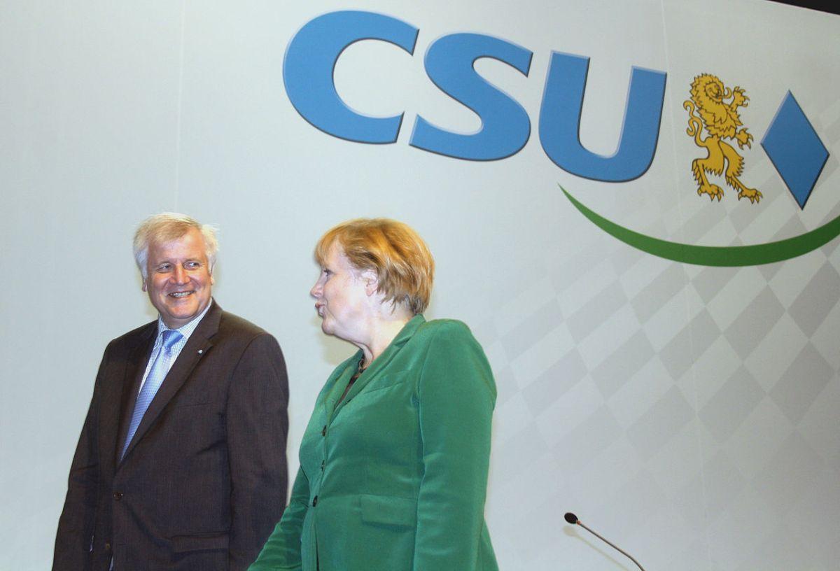 https://i0.wp.com/thesubmarine.it/wp-content/uploads/2018/07/1280px-2012-10-19-2956-Seehofer-Merkel-CSU.jpg?fit=1200%2C816&ssl=1
