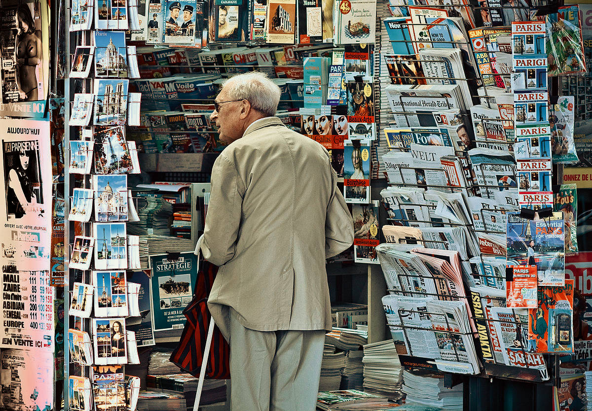 https://i0.wp.com/thesubmarine.it/wp-content/uploads/2019/02/1200px-An_old_man_in_newsagents_shop_Paris_September_2011.jpg?fit=1200%2C834&ssl=1