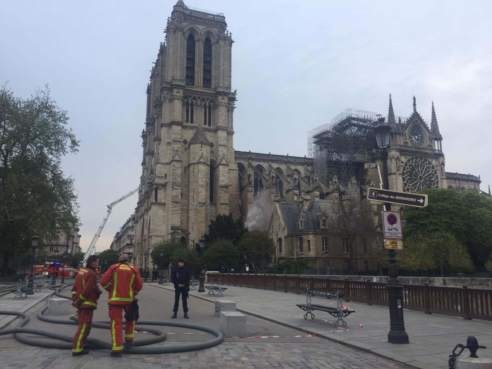 Notre-Dame è ancora in piedi